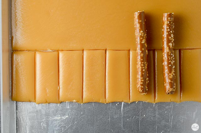 how to make caramel pretzel rods