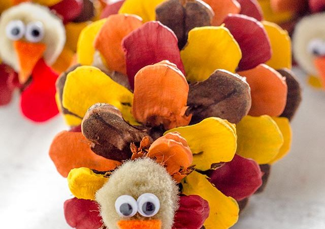 painted pinecone turkeys :: the perfect thanksgiving day craft!